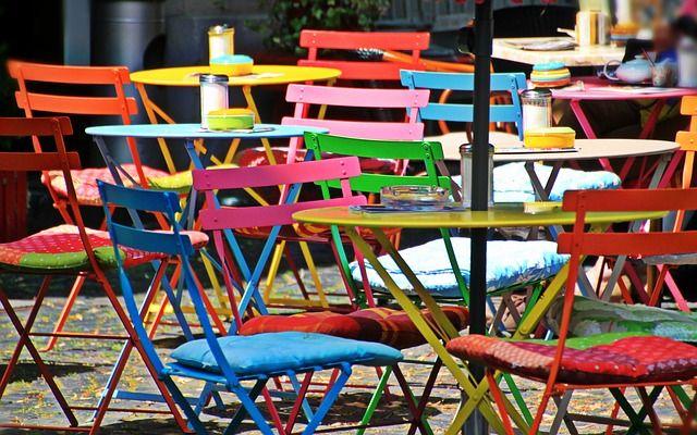 Mesas y sillas de pl stico centro madrid ventajas para el for Mesas de jardin de plastico