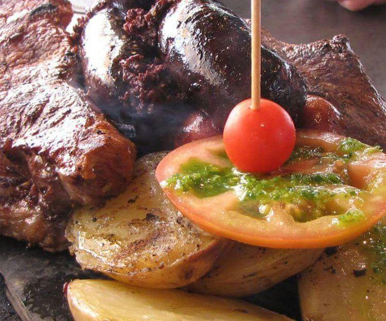 Parrillada de carne: chorizo, morcilla, tira de asado, churrasco y entrecot