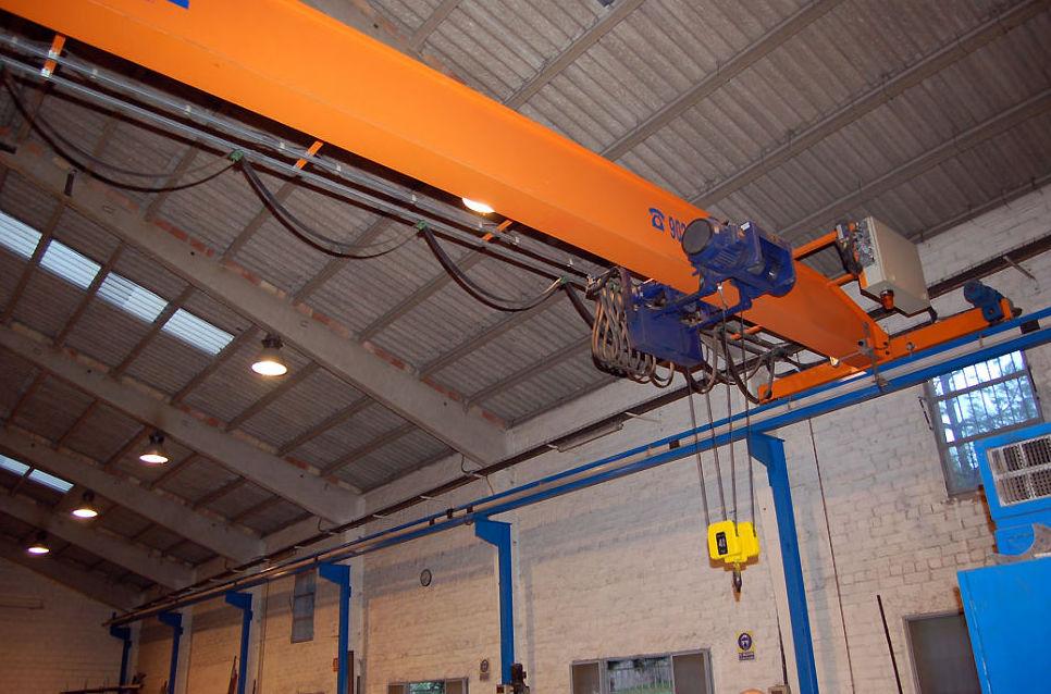Taller dotado con la maquinaria apropiada para grandes montajes