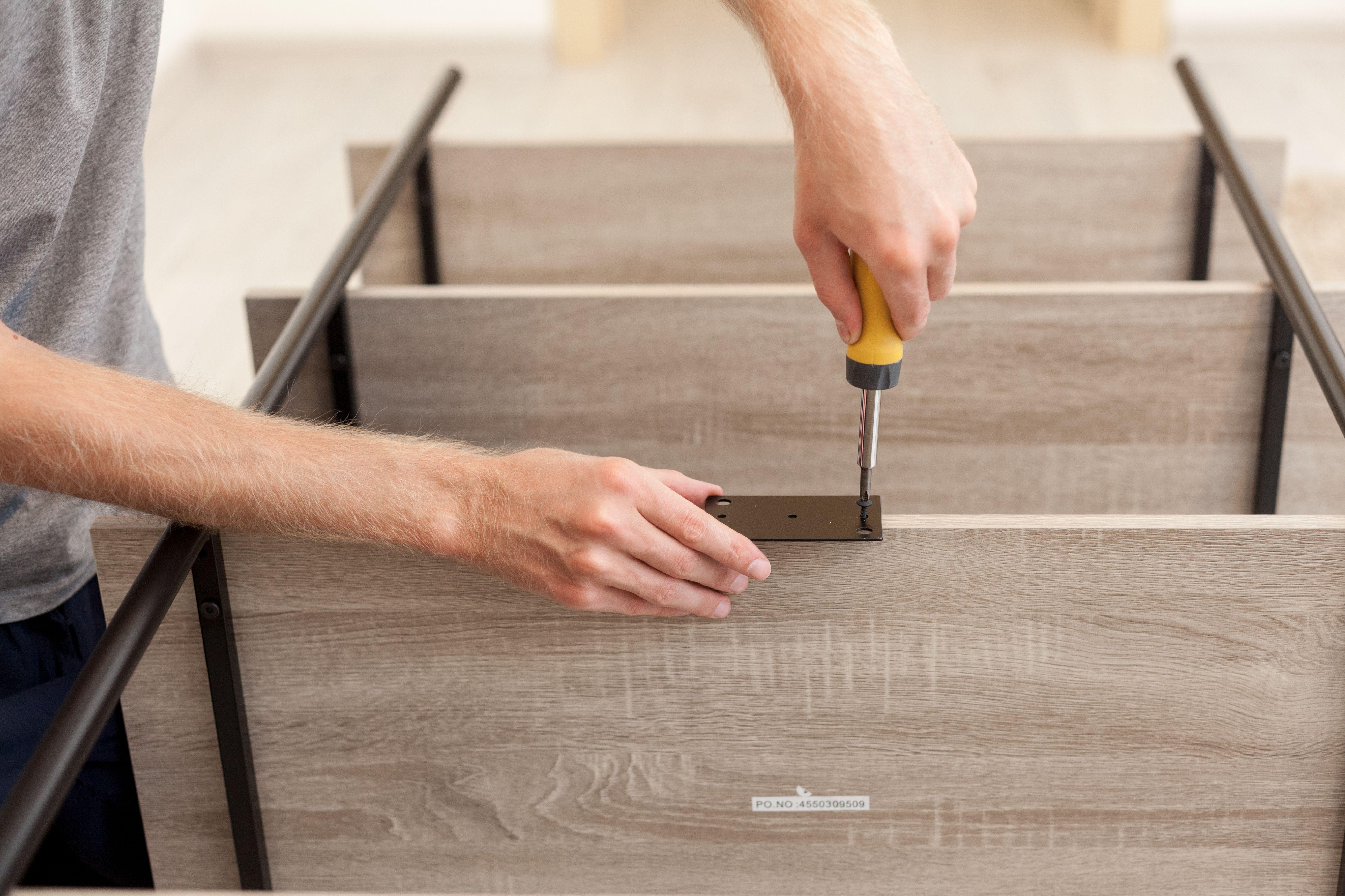 Trabajamos con carpintería: puertas, ventanas, marcos, mobiliario, etc.