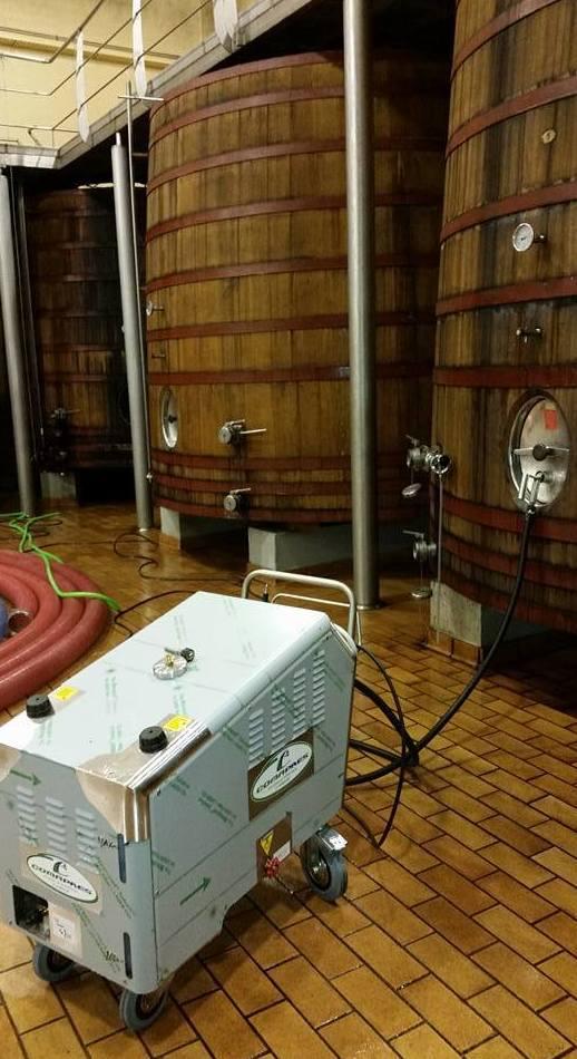 Equipos de limpieza de grandes tinas de vino