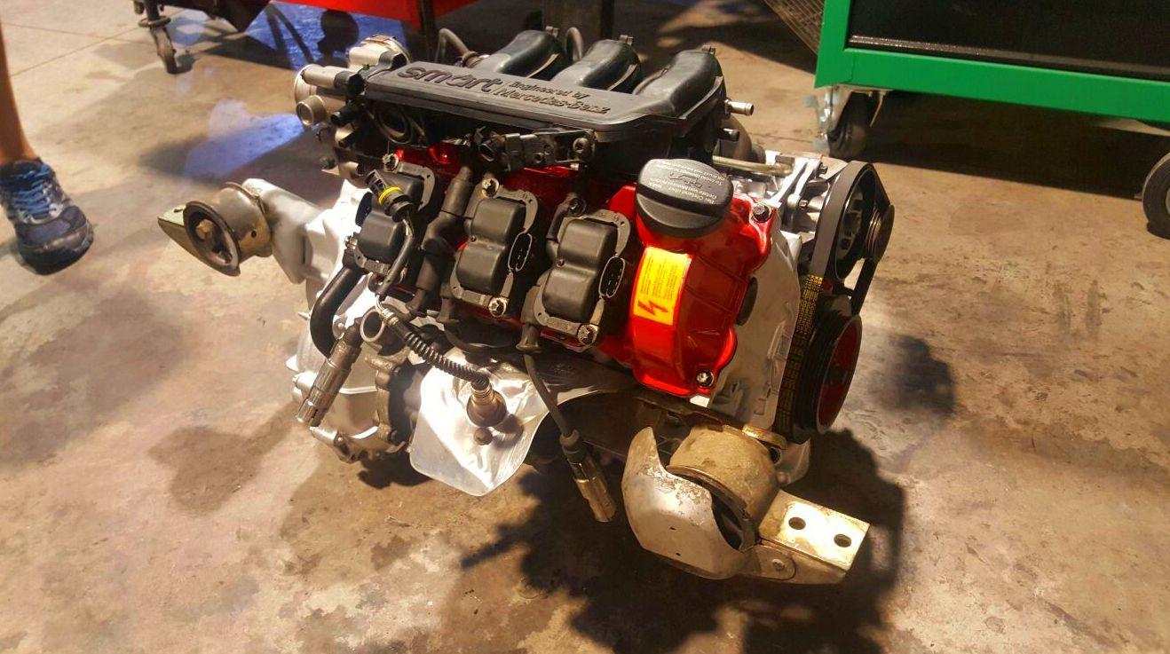 Motor de Smart recién reparado por completo listo para colocarlo en el hueco de motor