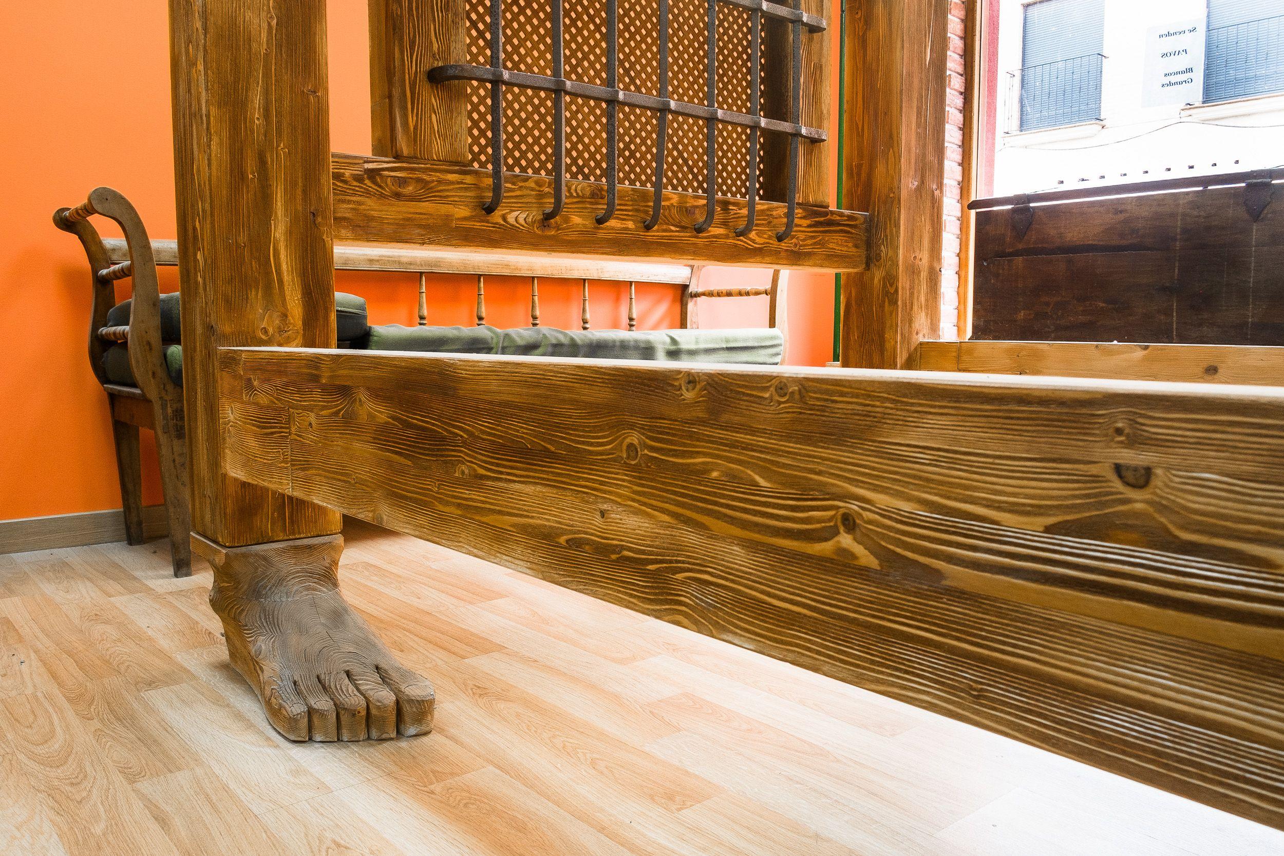 Cama rústica de diseño en madera maciza en Sahagún, León