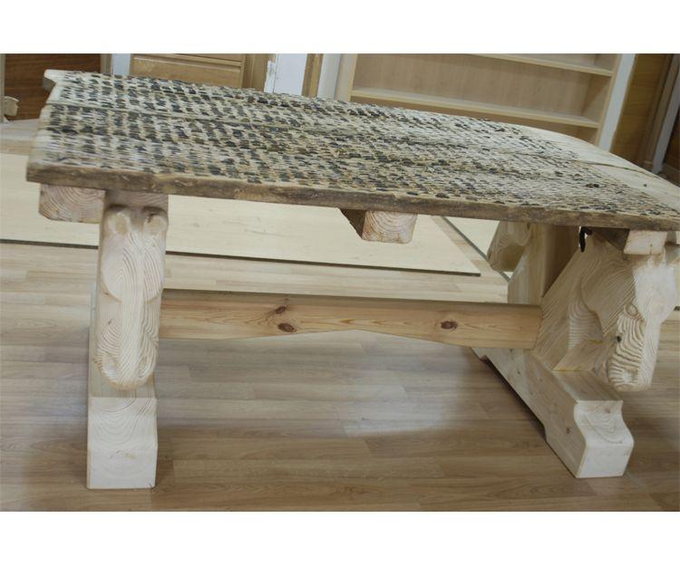 Mesas de madera con cabezas de caballo