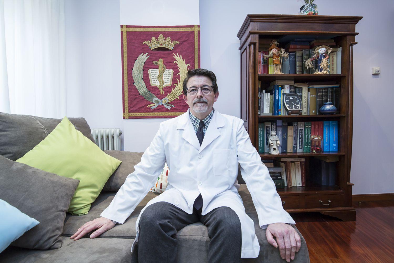 Doctor Santiago Parada Nieto en su clínica