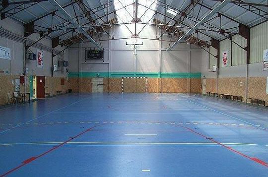Pavimento Indoor formado por lámina de caucho terminado con pavimento autonivelante de poliuretano