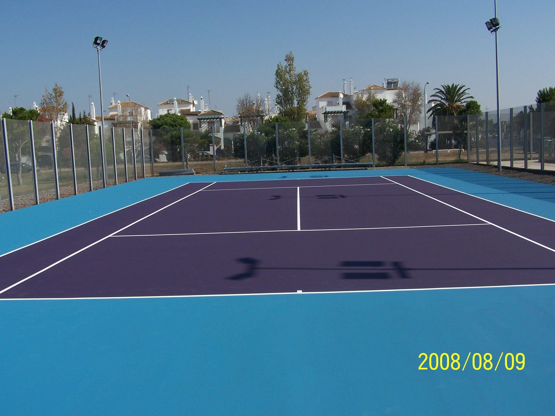 Pista de tenis rehabilitada con resina sintética