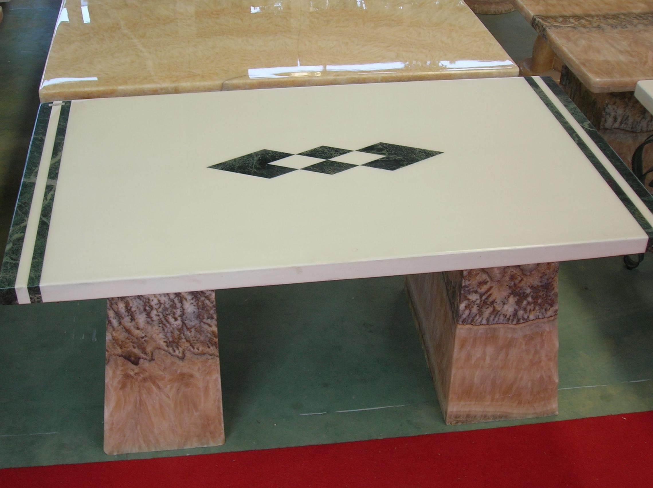 Mesa de salón con incrustaciones