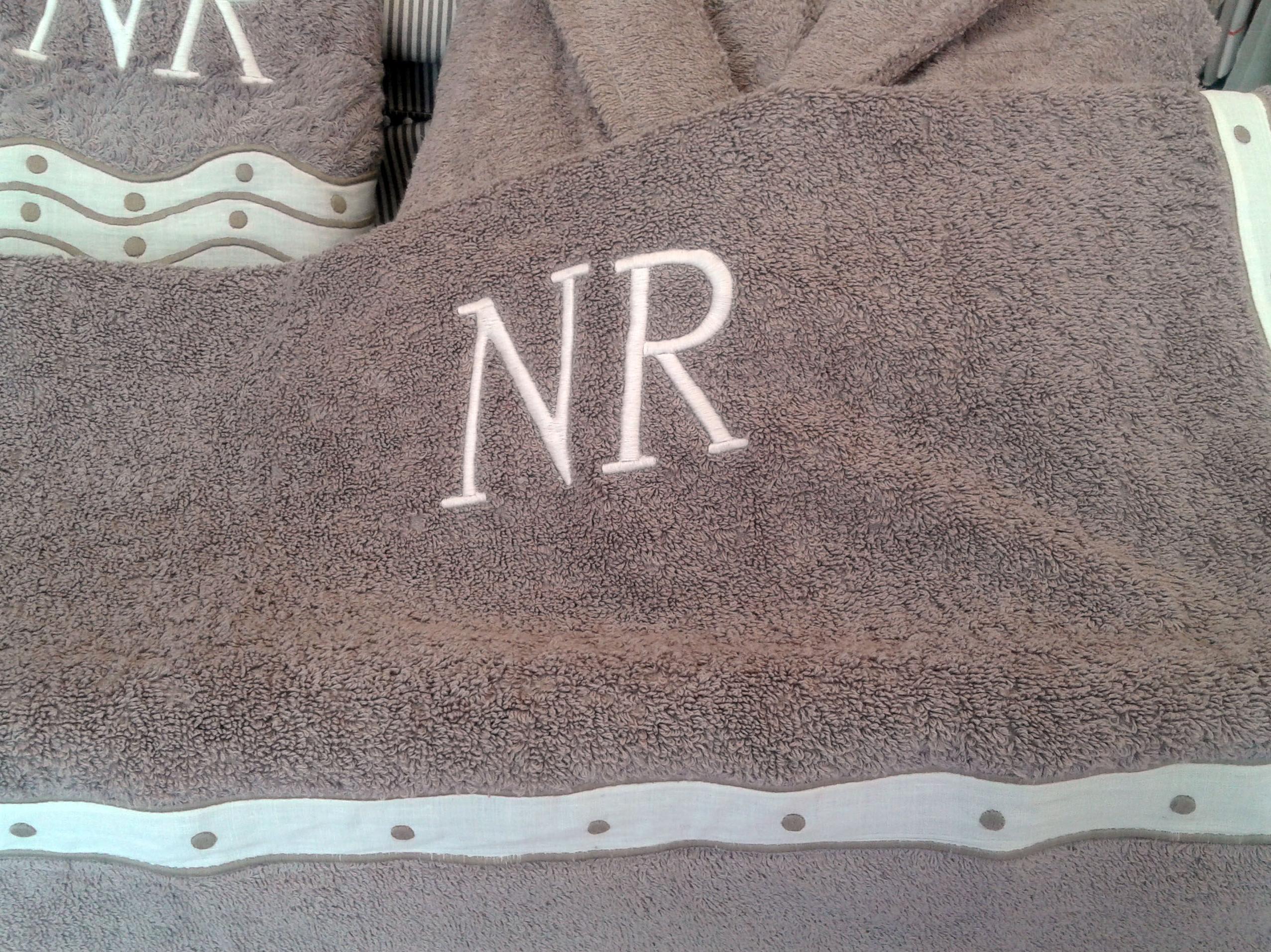 Toallas bordadas con las iniciales NR