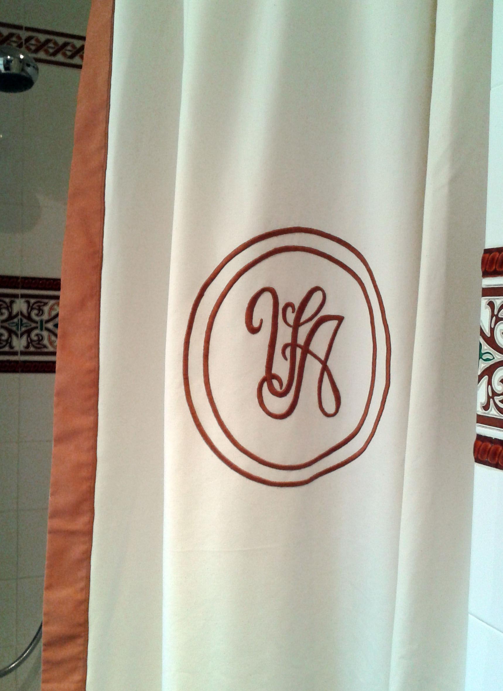 Cortina de baño bordada con las iniciales VA