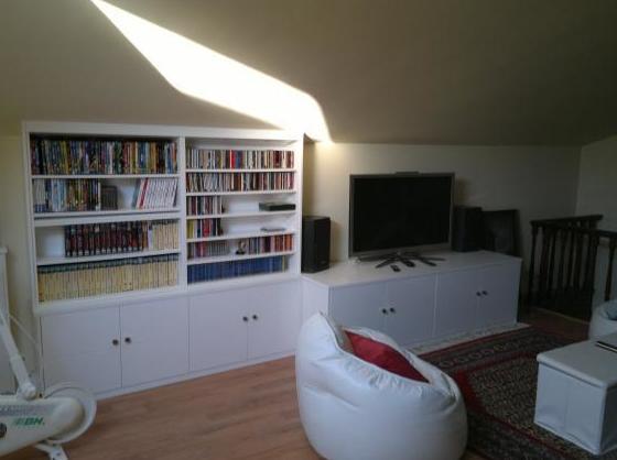 Mueble de sala bajo con modulo libreria.