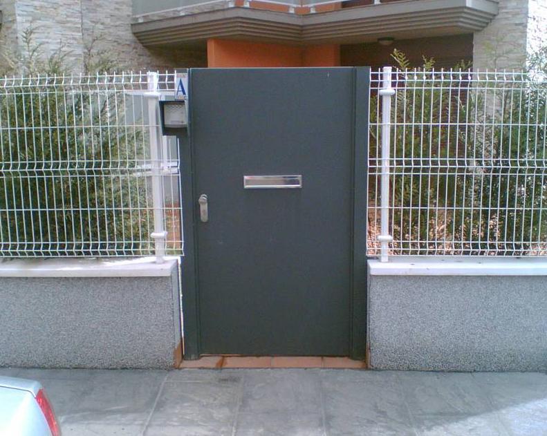 Puerta chapa: Servicios de Cercados Sarelan