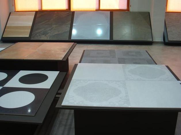 Podiums con paneles a diferentes alturas
