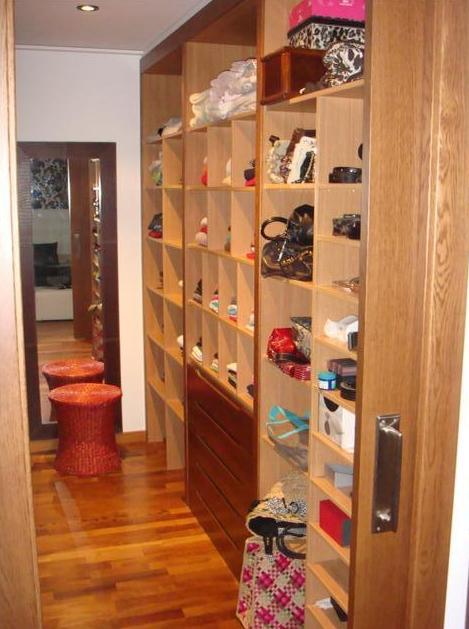 Vestidor con módulos realizados en madera de roble