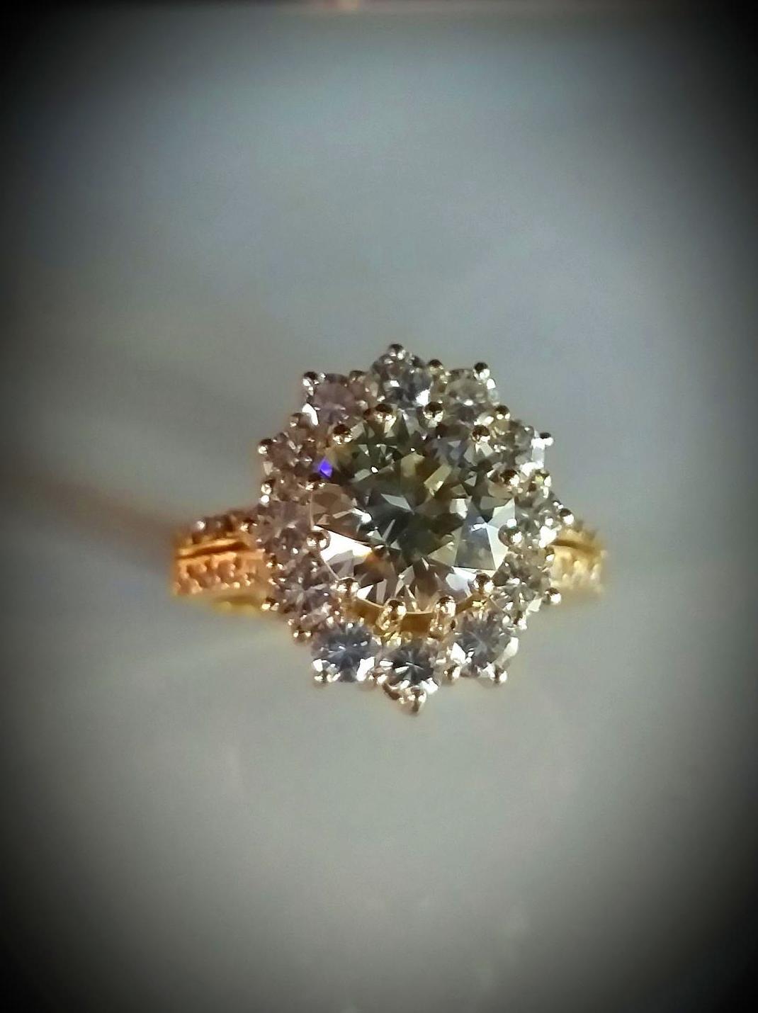 anillo de diamante central talla brillante 2.16 quilates con roseta de 12 brillantes de 0,12 quilates cada una