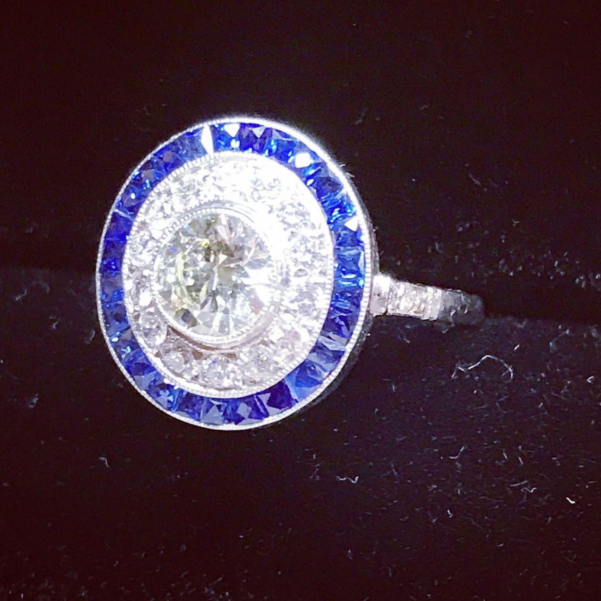 anillo artdeco de platino y diamante talla brillante antigua de 0,80 quilates y doble orla de diamantes y zafiros