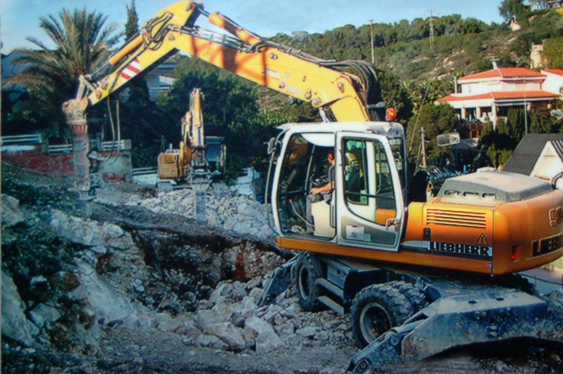 Excavación en piedra con martillos hidráulicos.