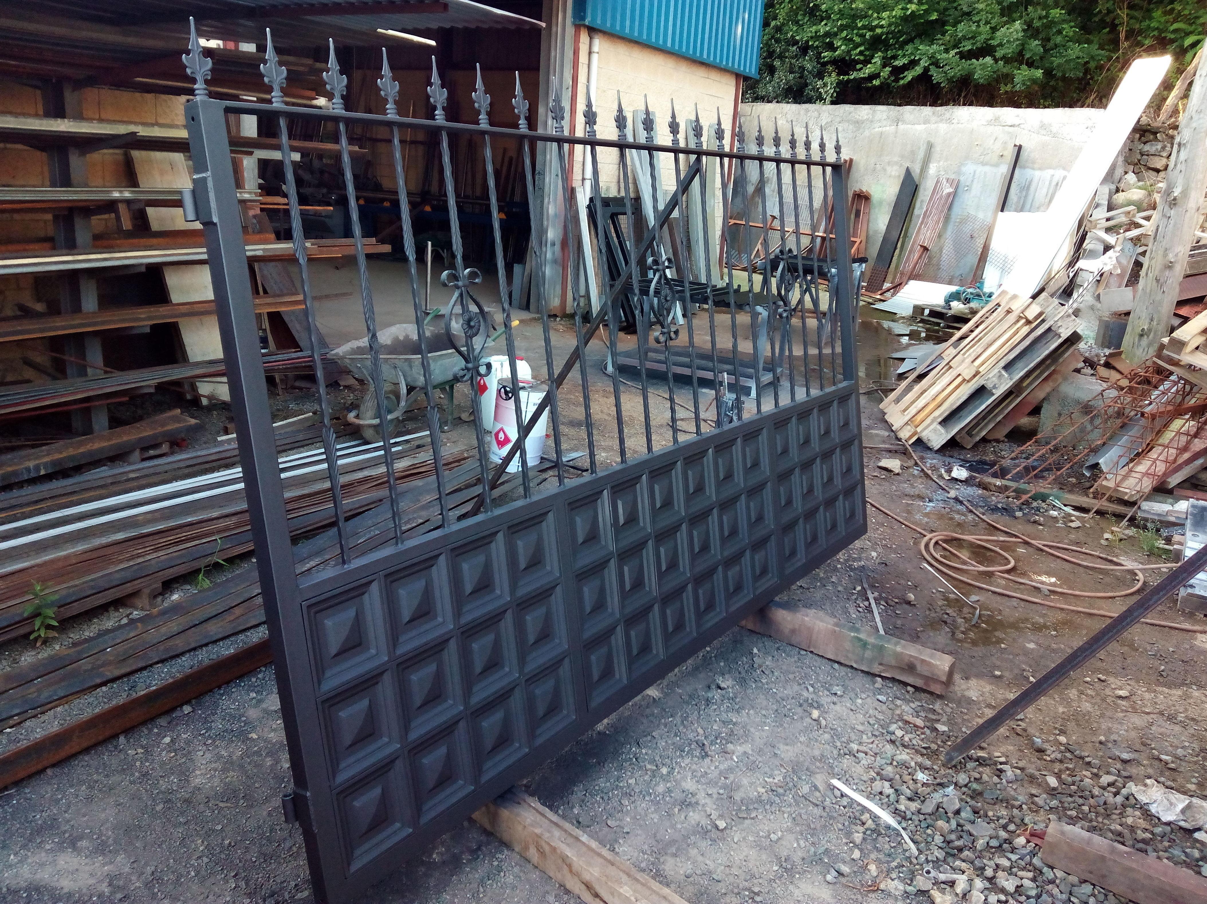 Portón de hierro forjado