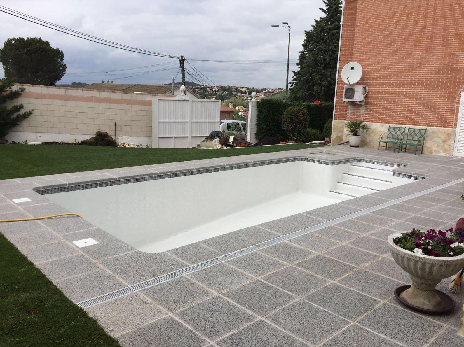 Foto 9 de construcci n de piscinas en parla piscinas for Piscinas con gresite blanco