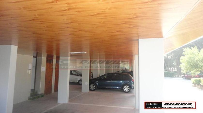Rehabilitación porche techos de aluminio decorado madera 8005 (Pino teñido)