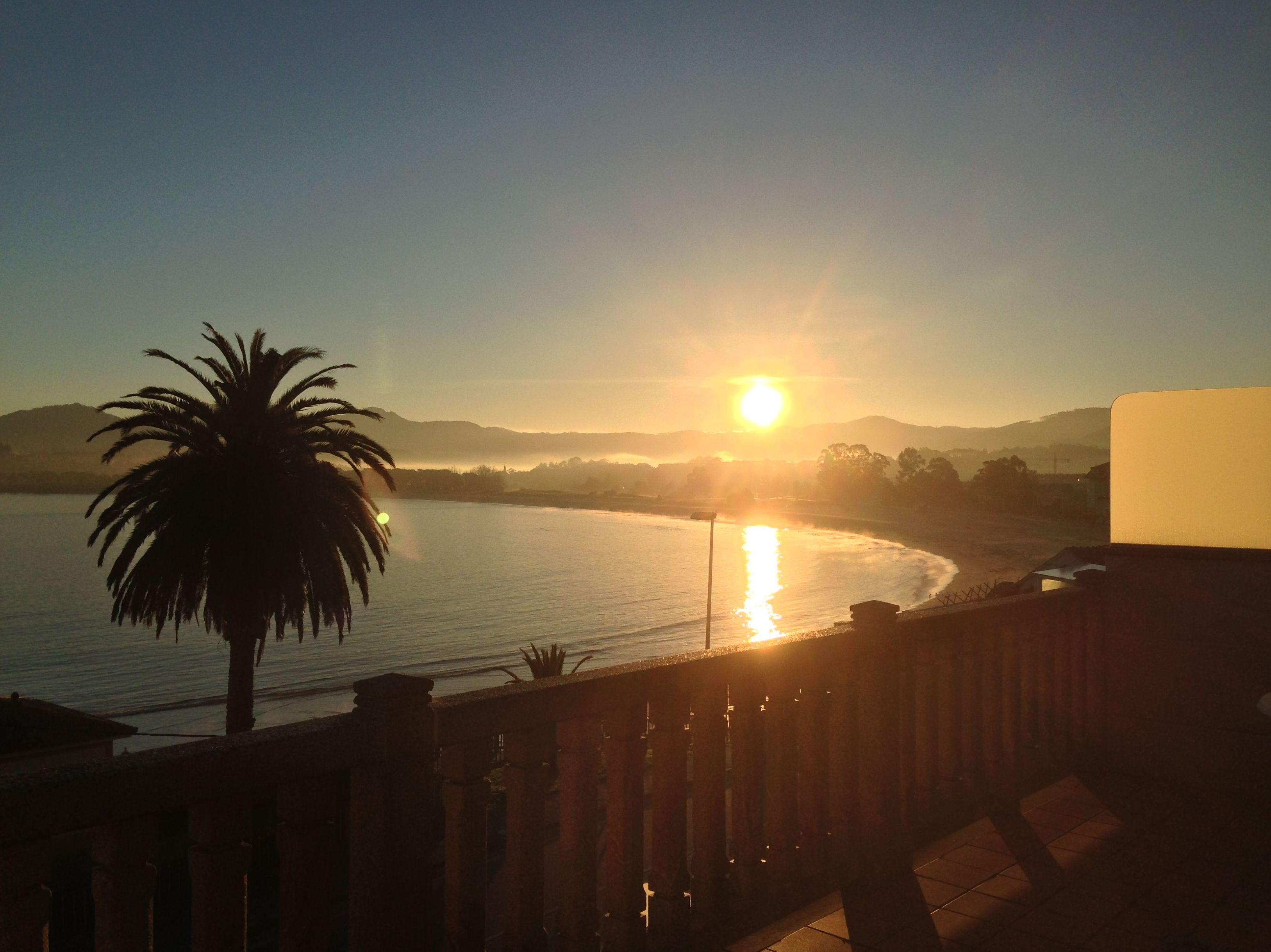 Amanecer de agosto desde una terraza privada con vistas al mar