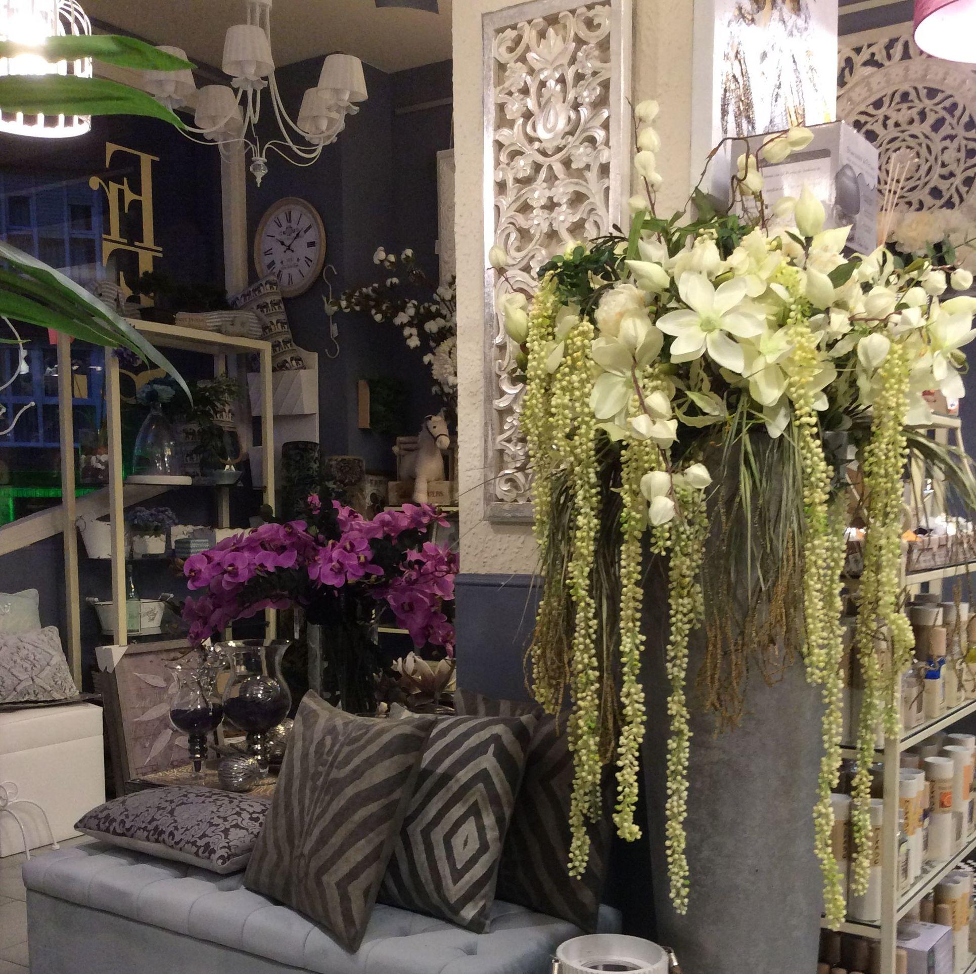 Jarrón alto con flores cologantes
