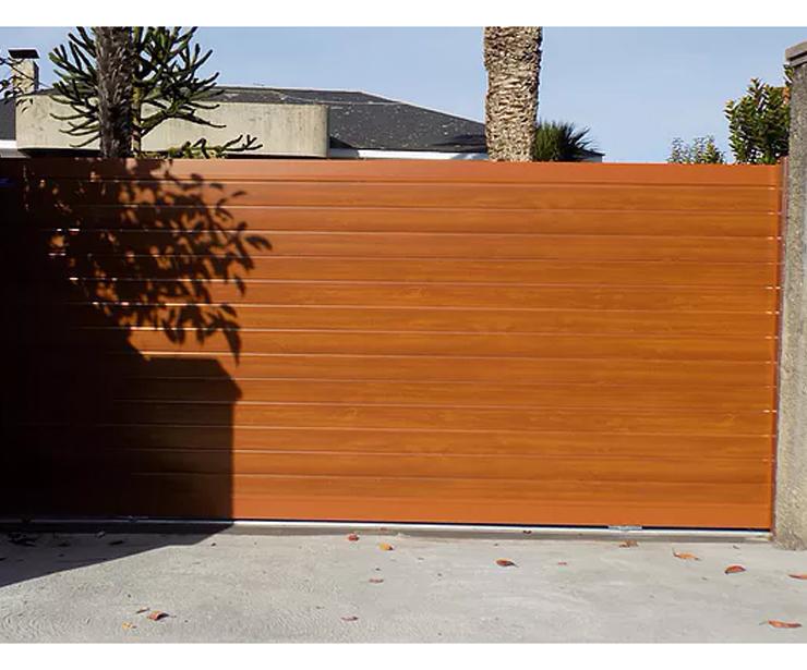 Puerta corredera en imitación de madera clara.