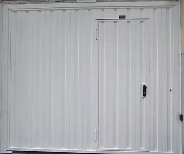 Puerta batiente de chapa grecada