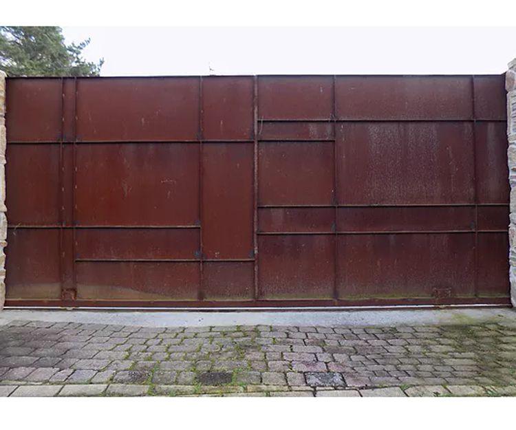 Puerta corredera de diseño realizada en acero