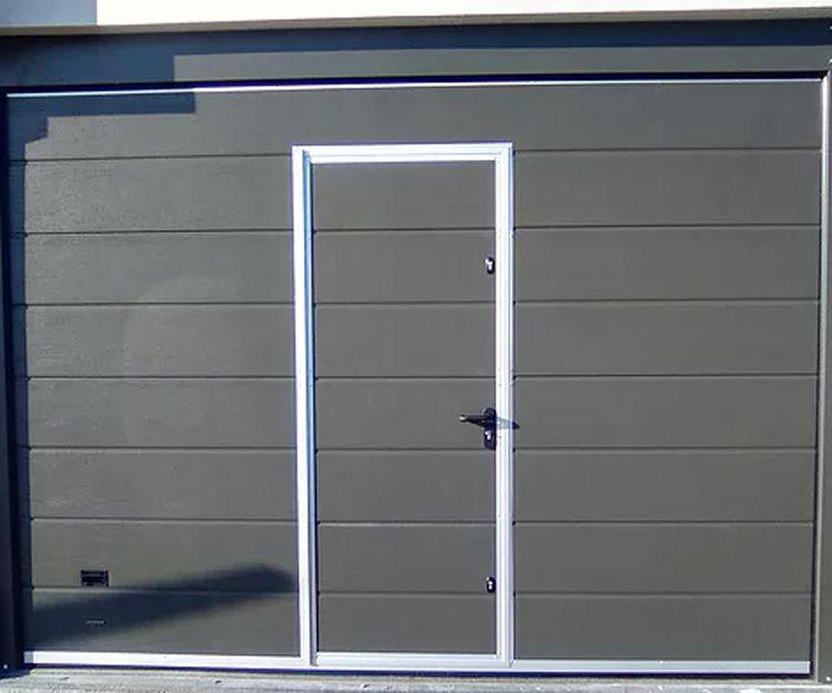 Puerta seccional con portillo de paso peatonal de apertura exterior