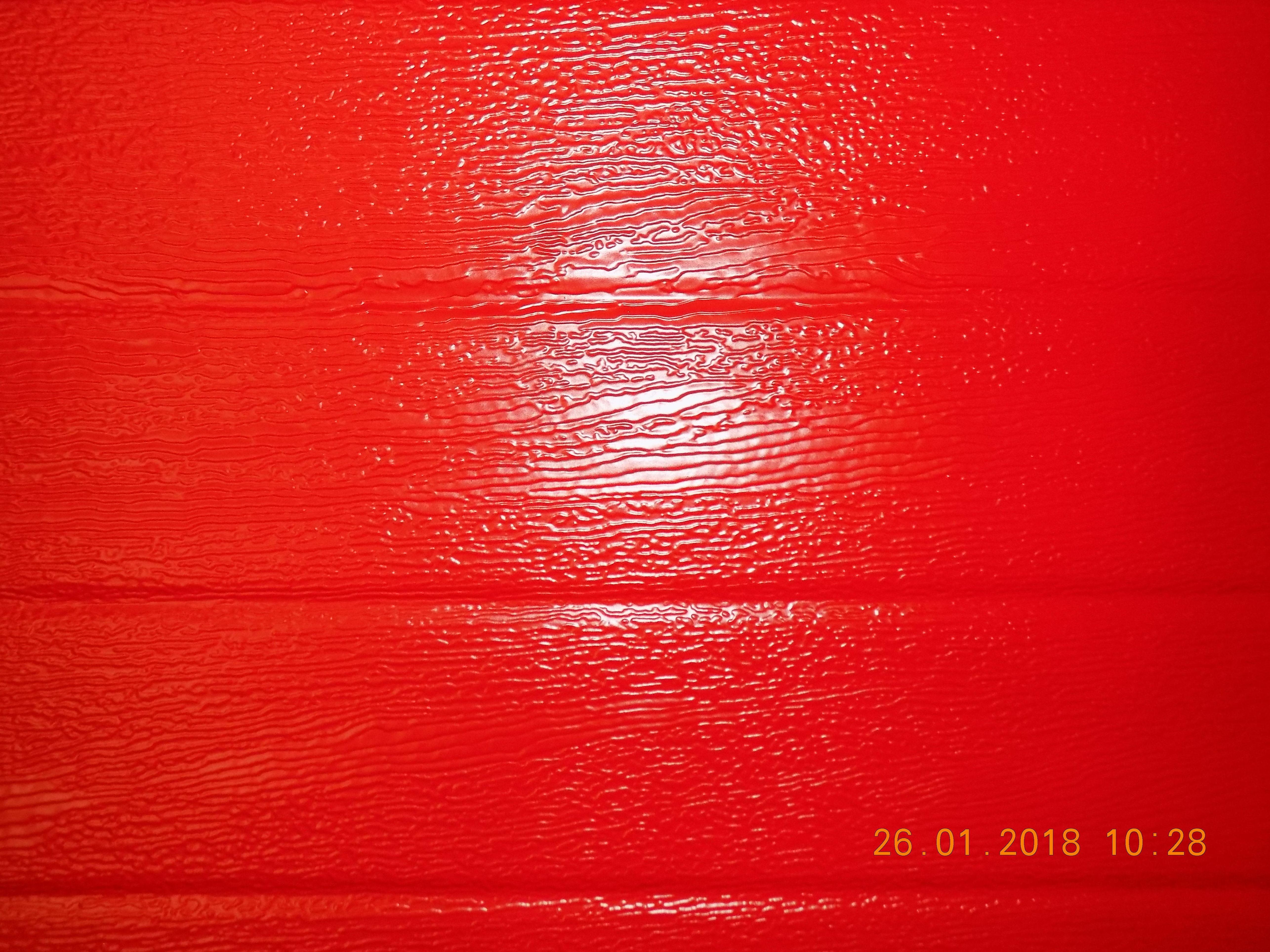 """Detalle de gofrado en leño de panelado de seccional. Color """"rojo vivo"""" RAL 3000."""