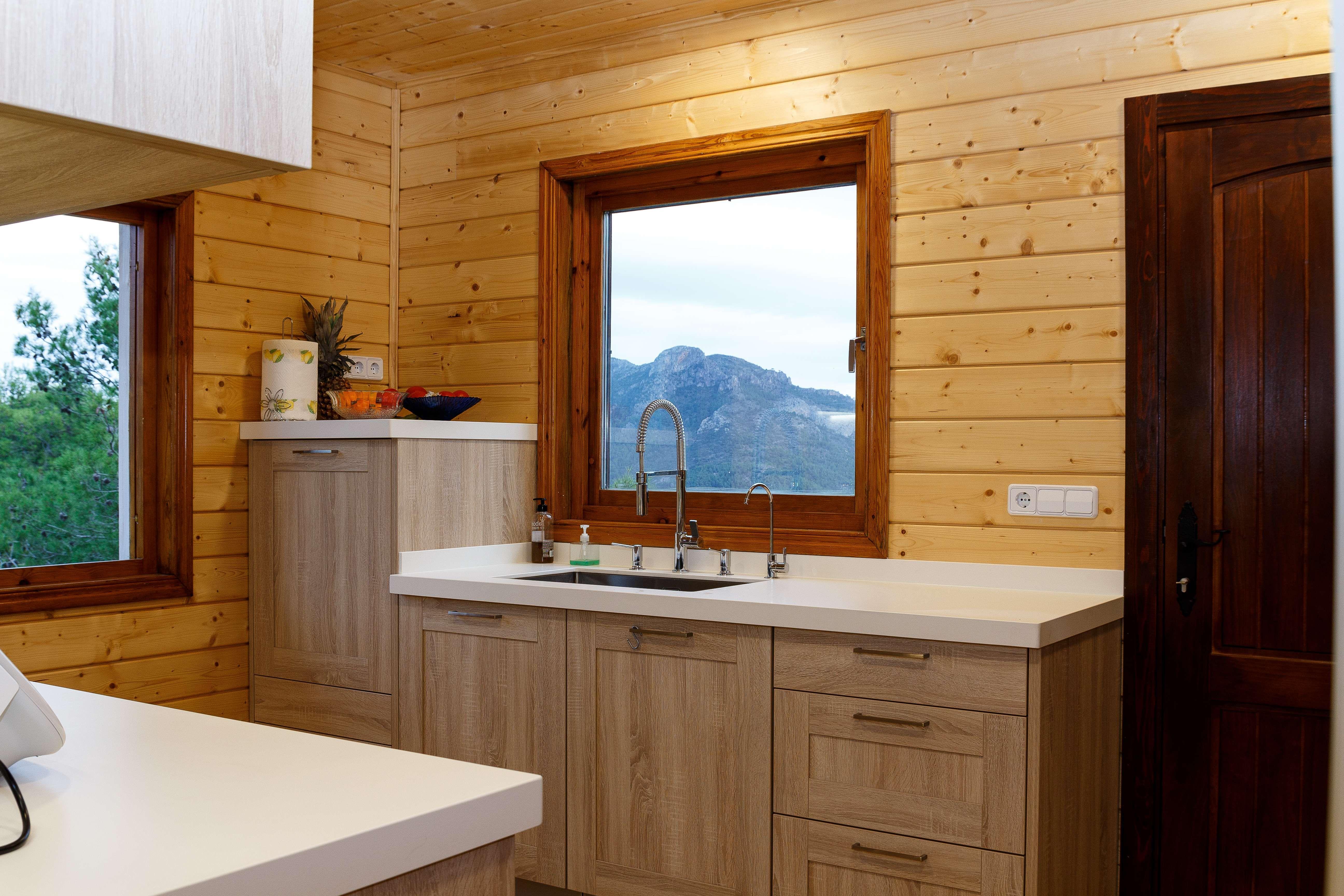 Cocina totalmente equipada de casa madera
