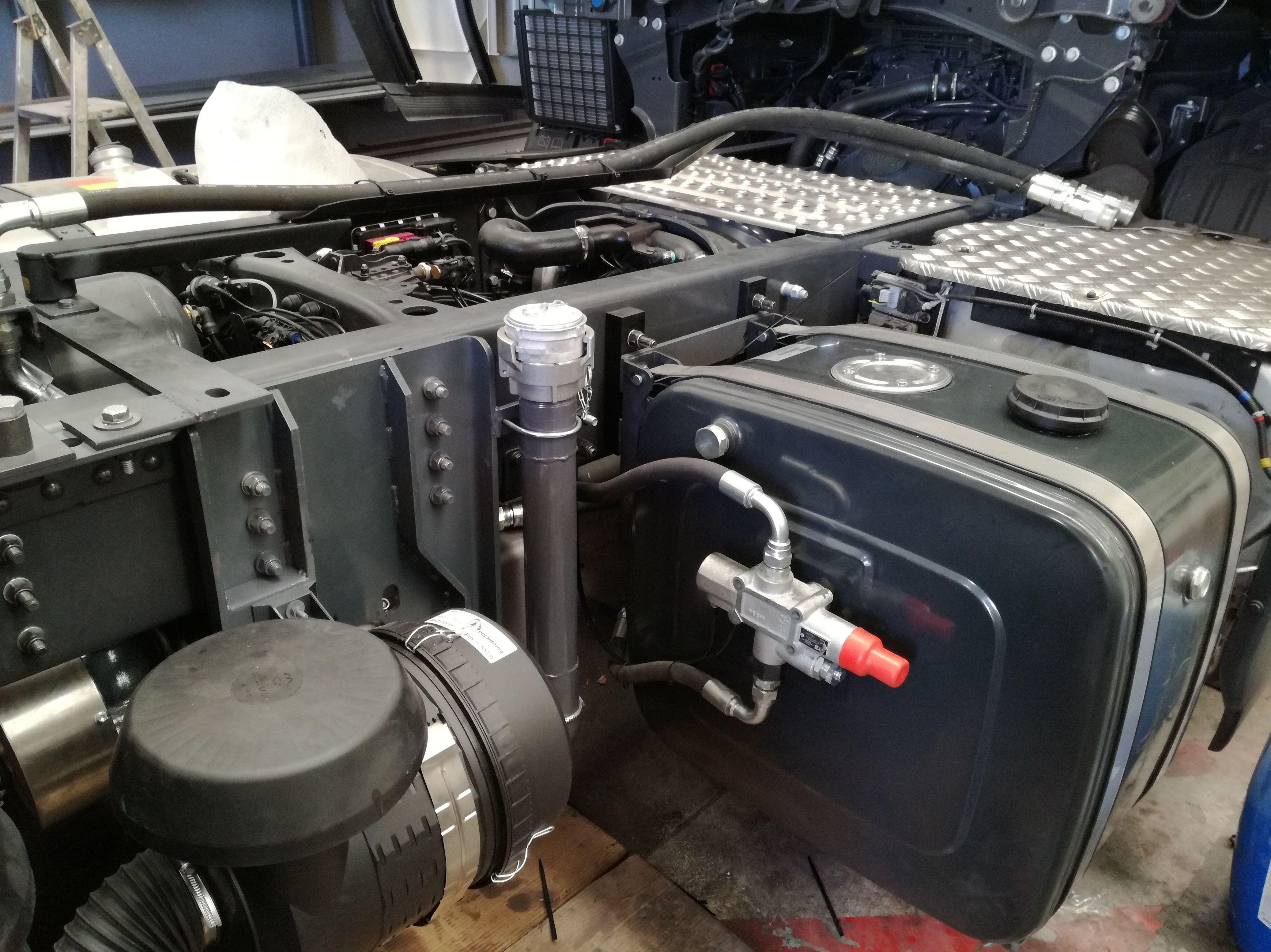 Montaje de compresor nuevo en SCANIA