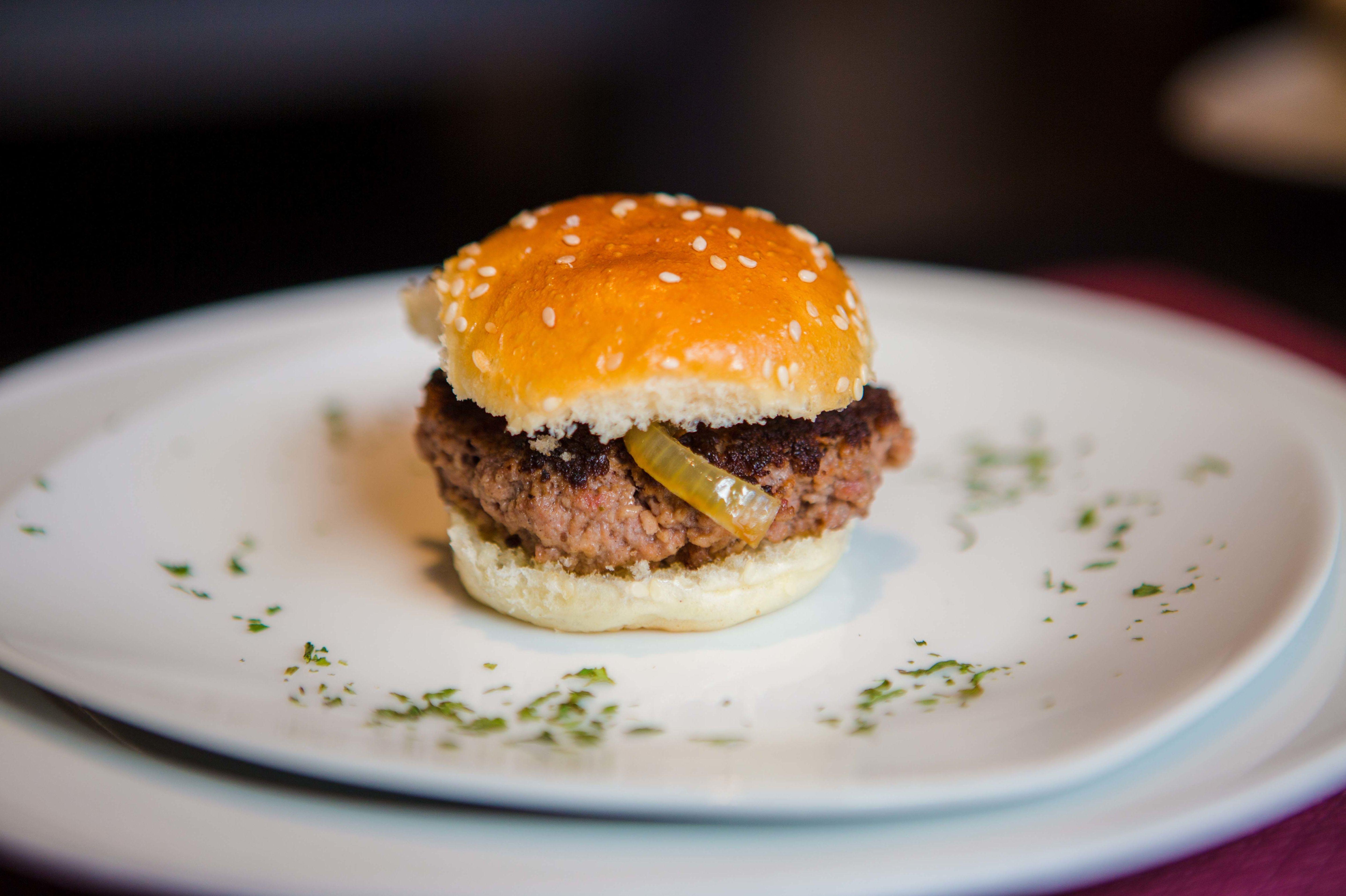 MIni hamburguesa con cebolla caramelizada al bourbon