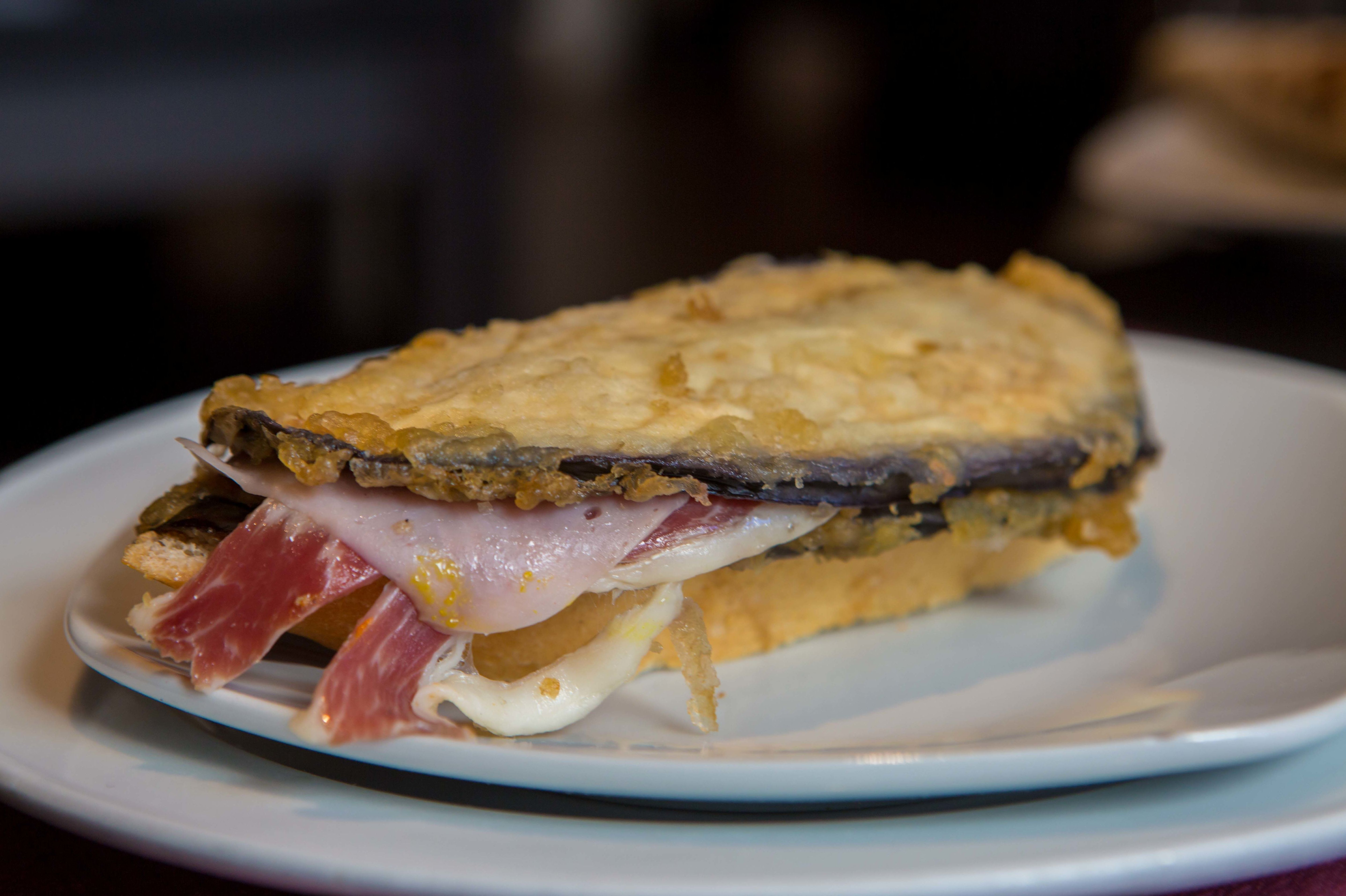 Pincho de berenjenas rebozadas con queso, paletilla ibérica, pechuga de pavo y pimiento verde