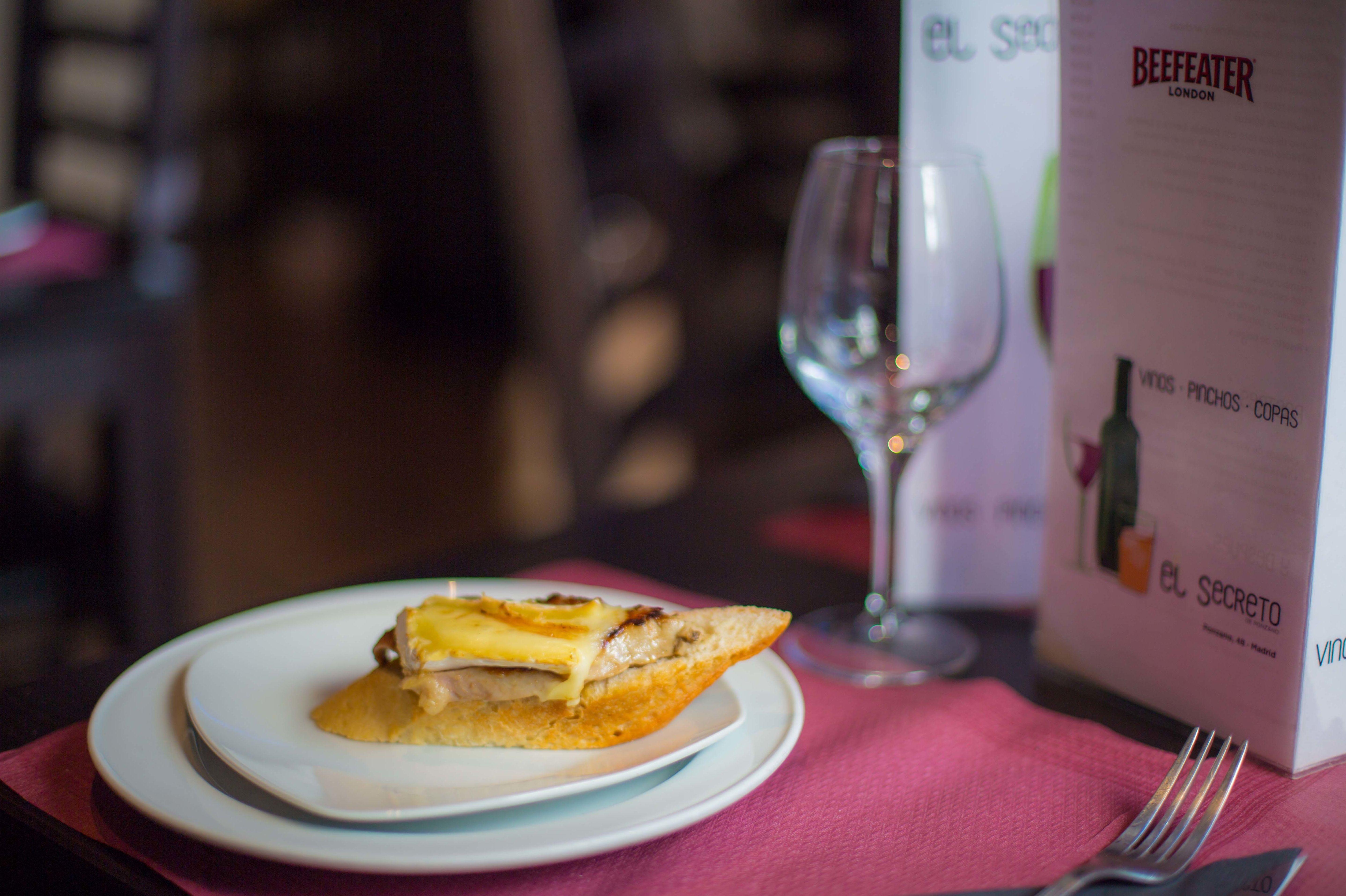 Pincho caliente de solomillo de cerdo a la plancha con queso brie