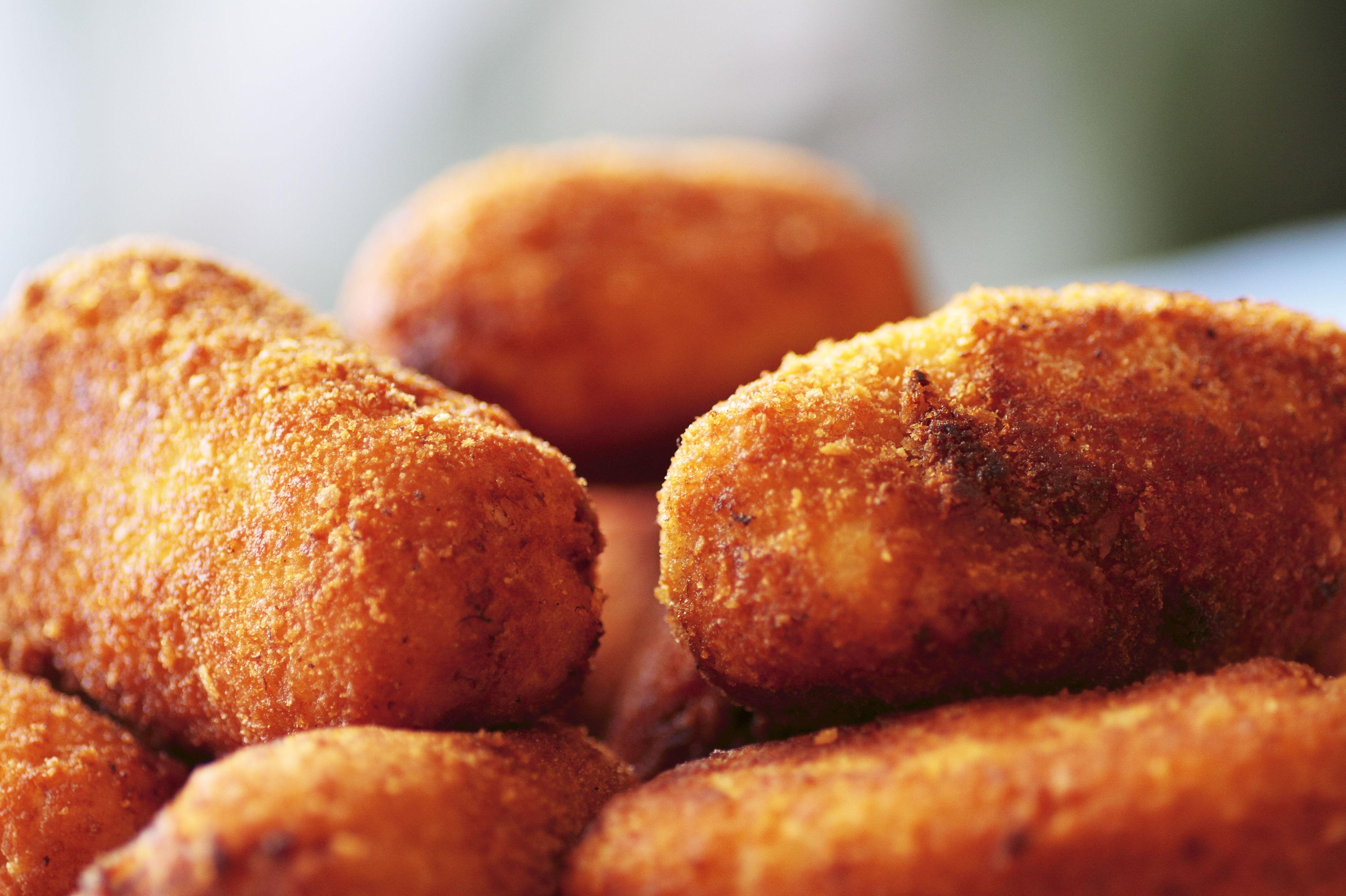 Raciones de croquetas y patatas