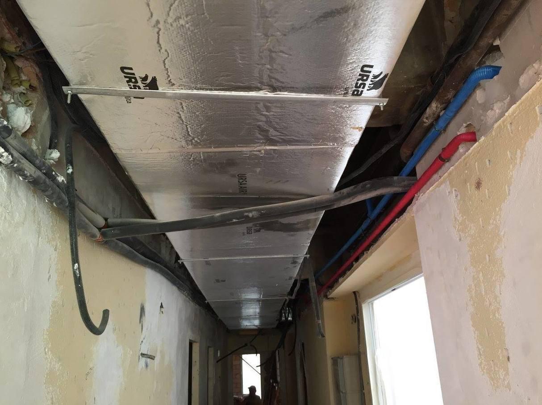 Detalle conducto principal de aire acondicionado en pasillo