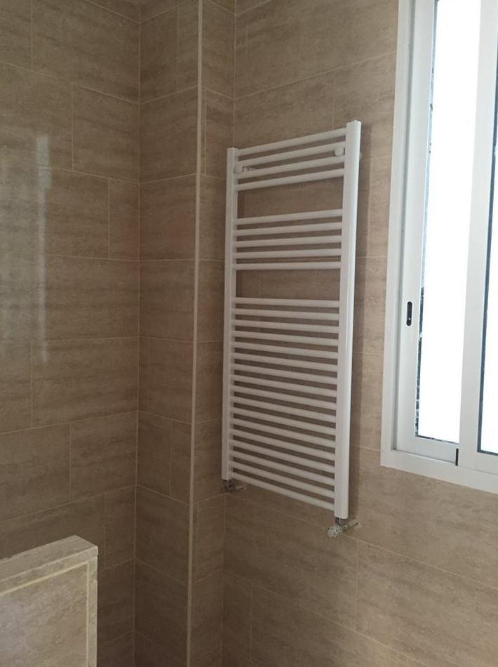 Detalle radiador-toallero baño principal