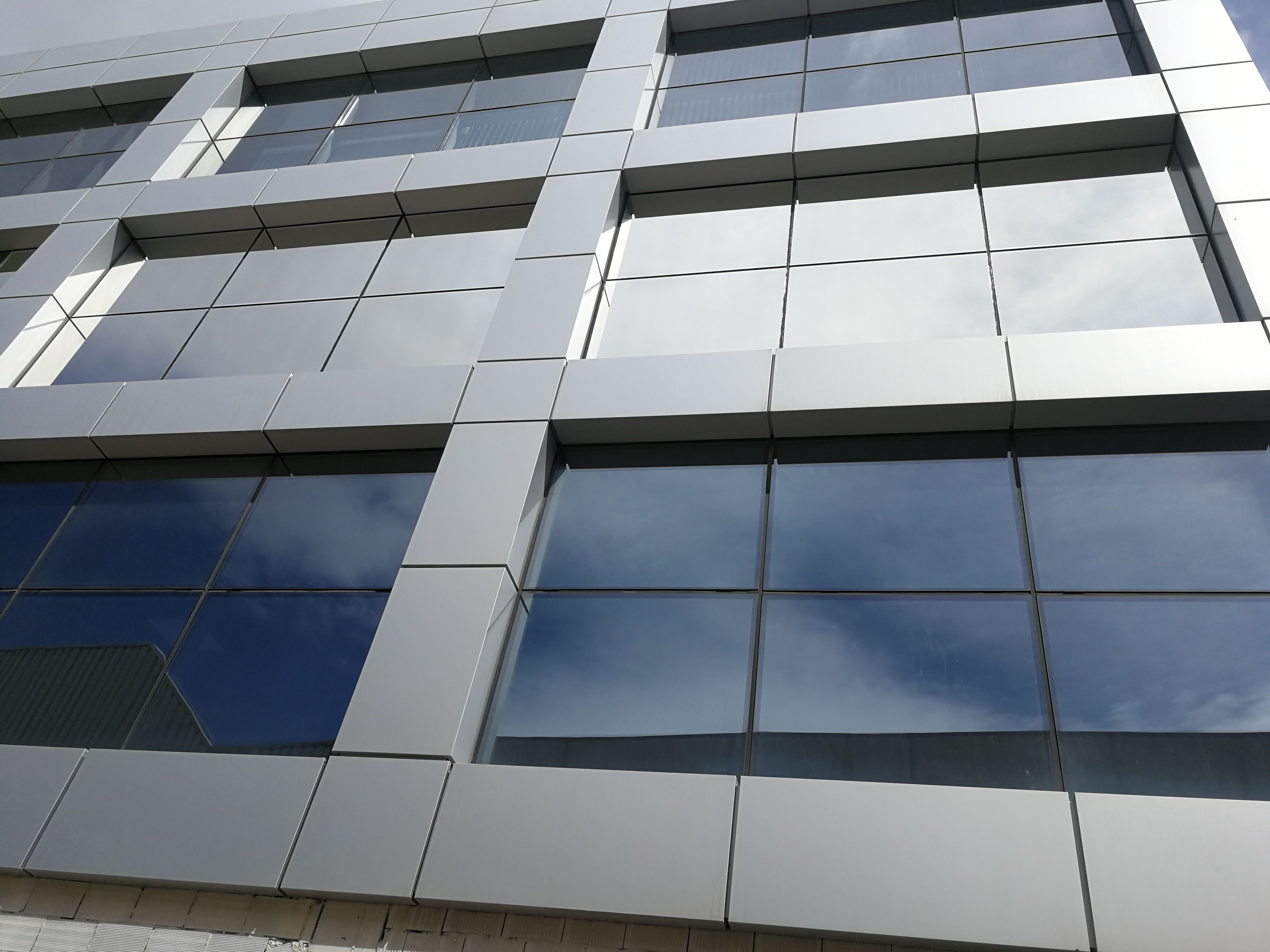 Protectores solares para ventanas de edificios