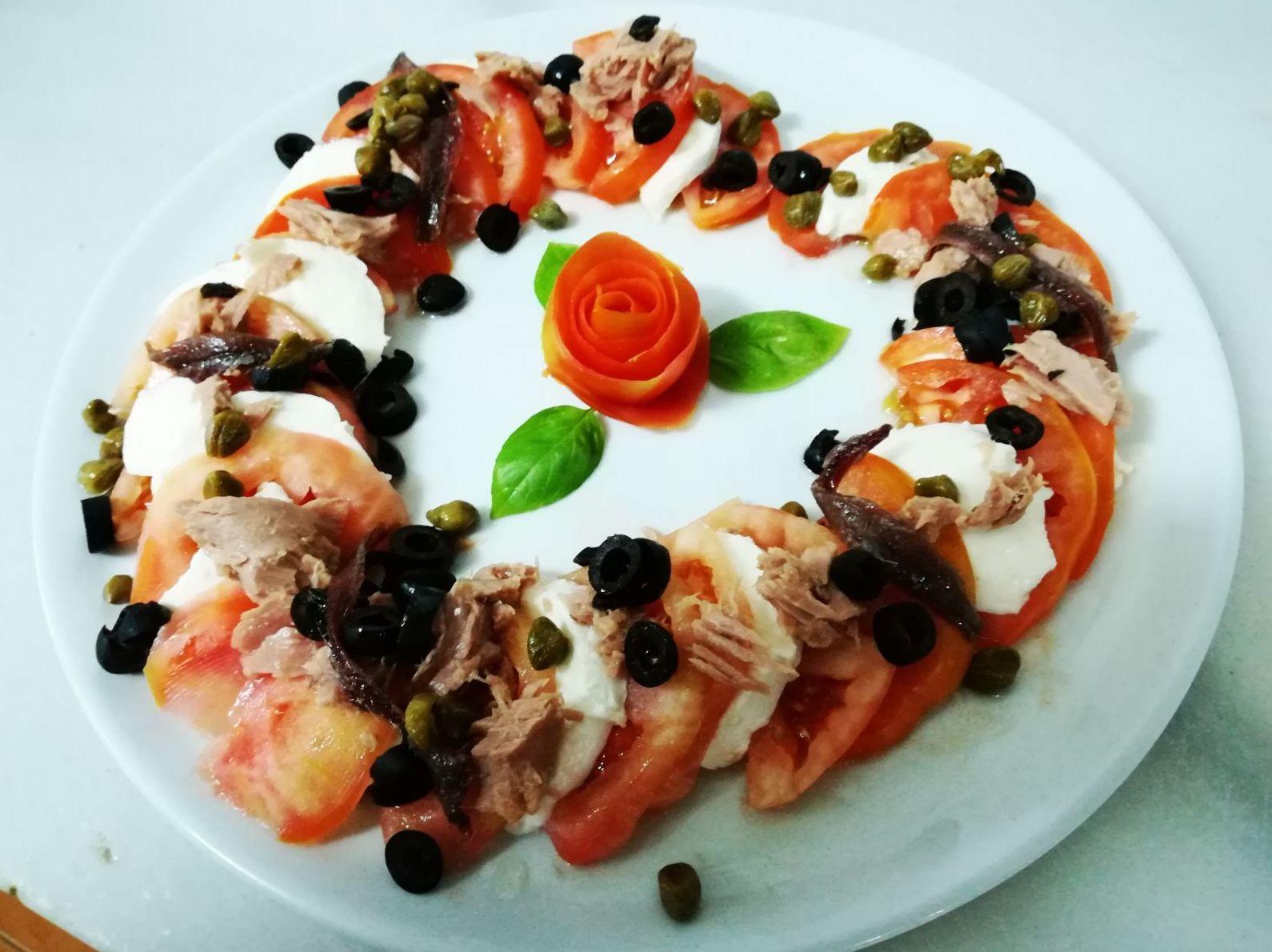 Ensalada italiana: tomate, mozzarella de bufala, alcaparras, olivas, atun y anchoas
