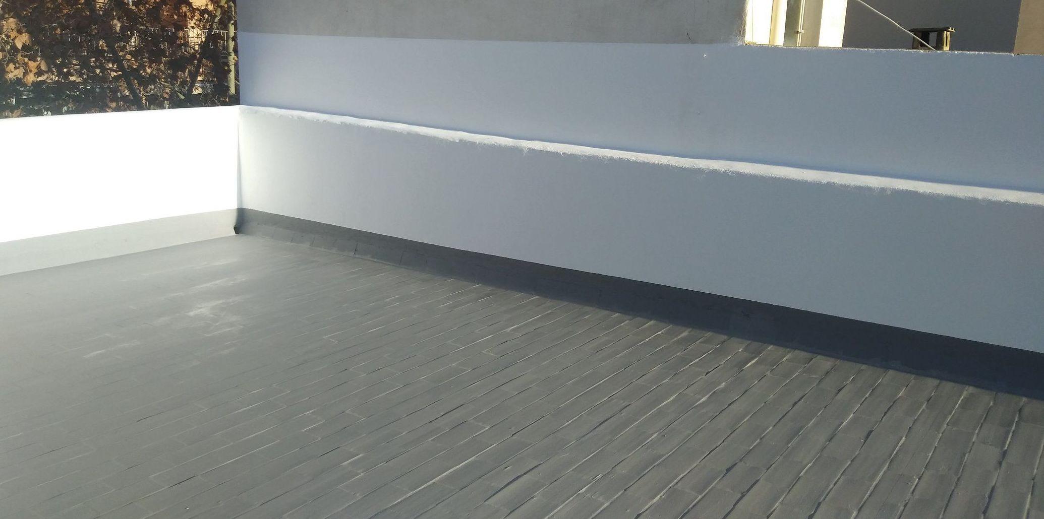 Aplicación de imprimación al suelo y paredes. Impermeabilización del suelo con caucho color gris, reforzado con malla de fibra de vidrio entre manos