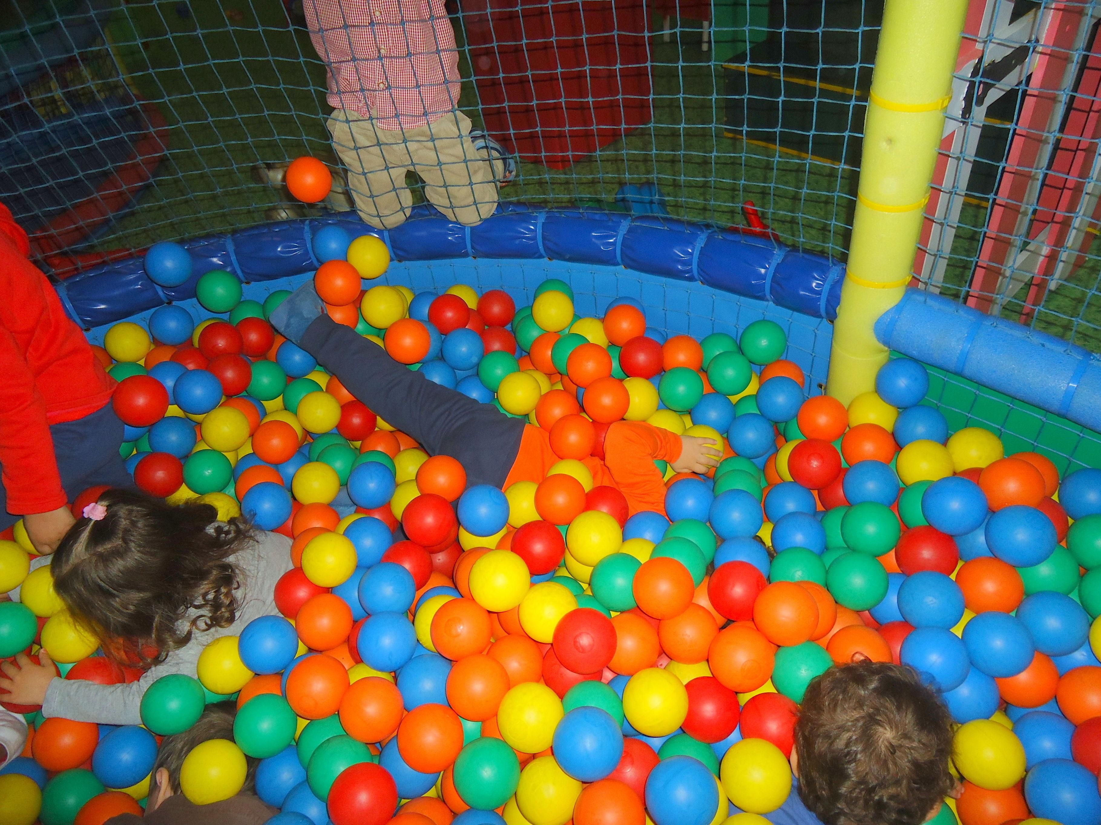 Jugando en el parque de bolas