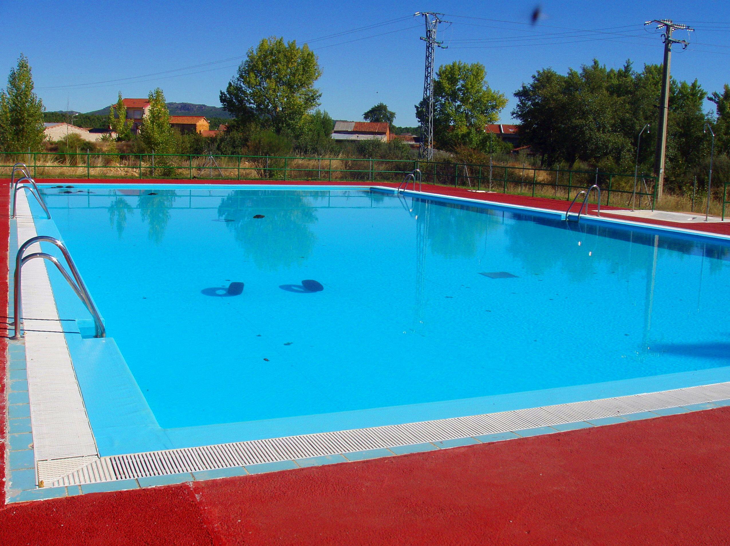 Piscina publica hombre de pie en trampoln en la piscina for Piscinas publicas valencia