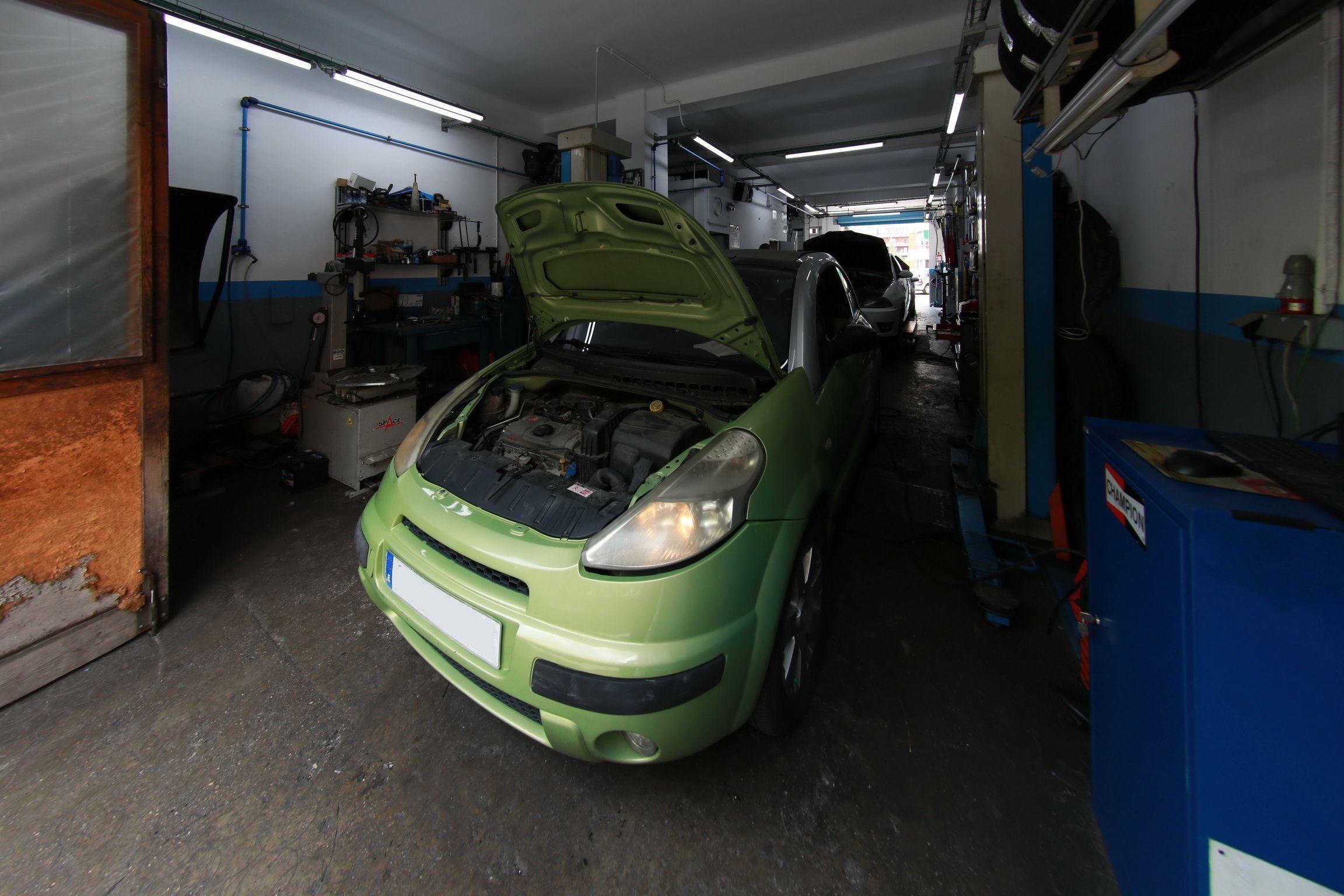 Coche en reparación Automecánica Sabru