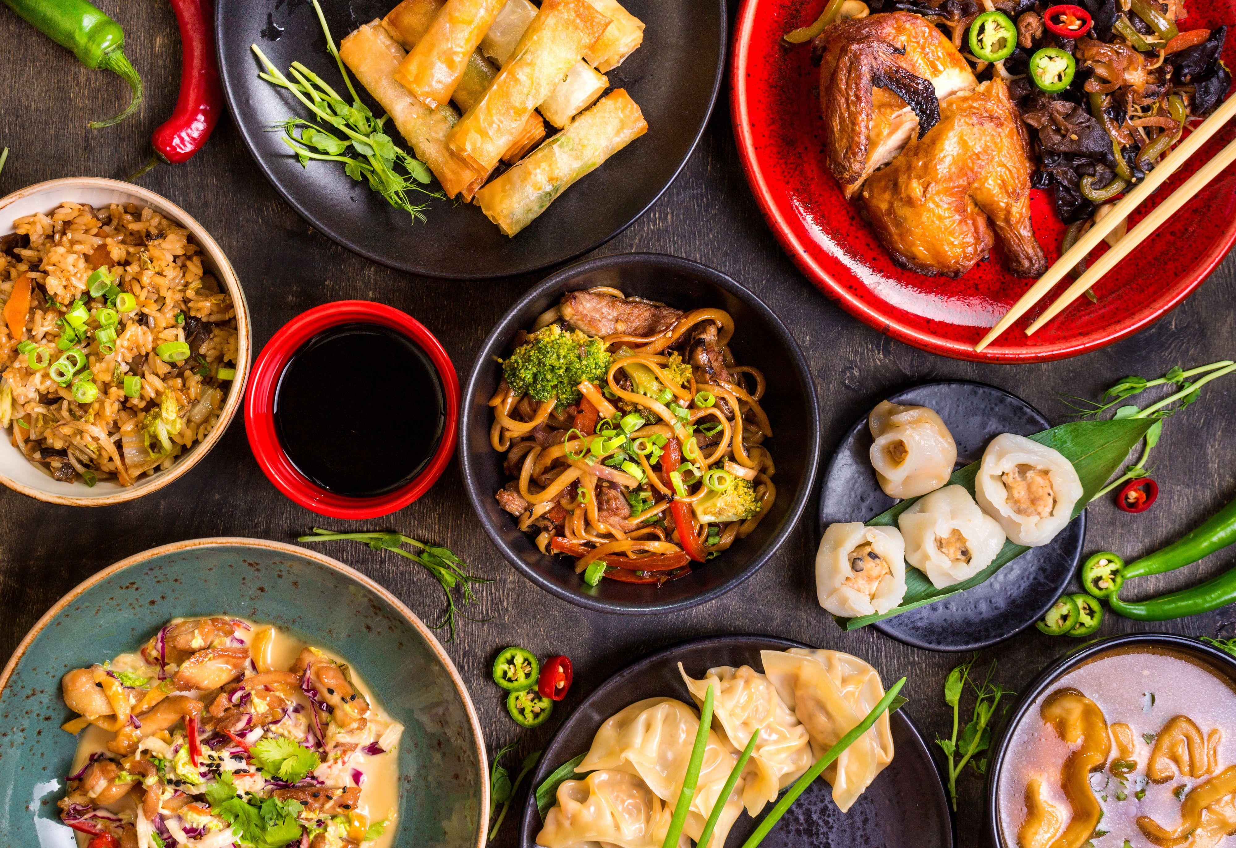 Amplia variedad de platos de la cocina tradicional asiática