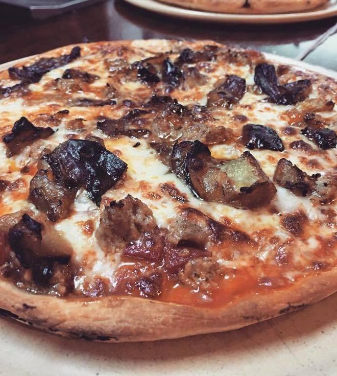 Pizza totó: mozzarella, tomàquet, butifarra siciliana, provolone i albergínia!   Pizza totó: mozzarella, tomate, butifarra siciliana, provolone y berenjena!