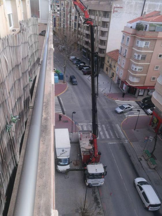 Camión grúa para trabajos de reforma en edificios