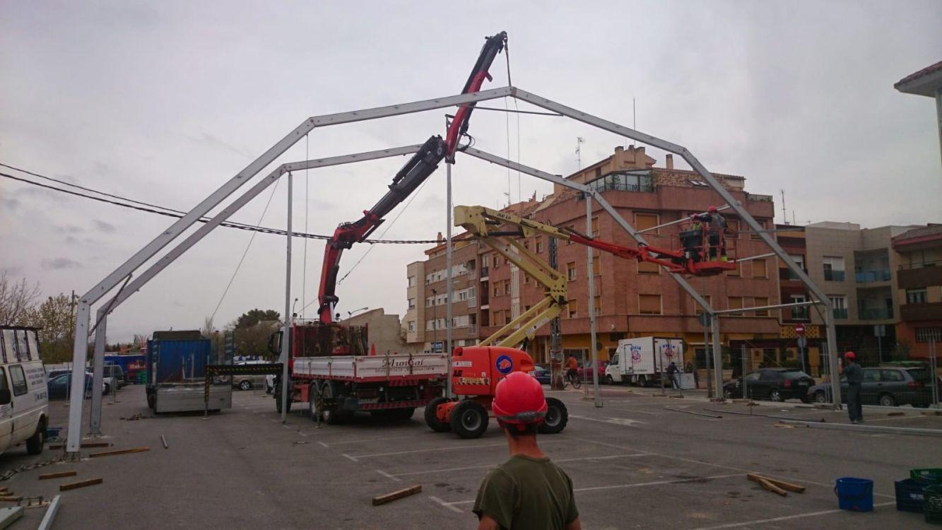 Camión grúa para el montaje de estructuras metálicas
