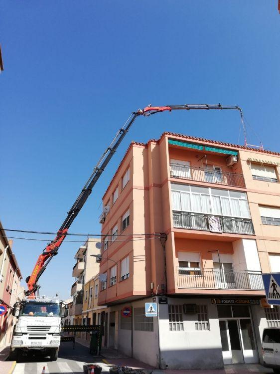 Trabajos en edificios con camión grúa